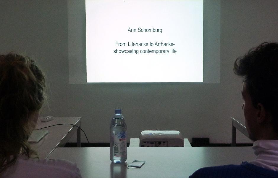 Vortrag FROM LIFEHACKS TO ARTHACKS – ZEITGENÖSSISCHES LEBEN AUF DER BÜHNE DES ALLTAGS von Ann Schomburg