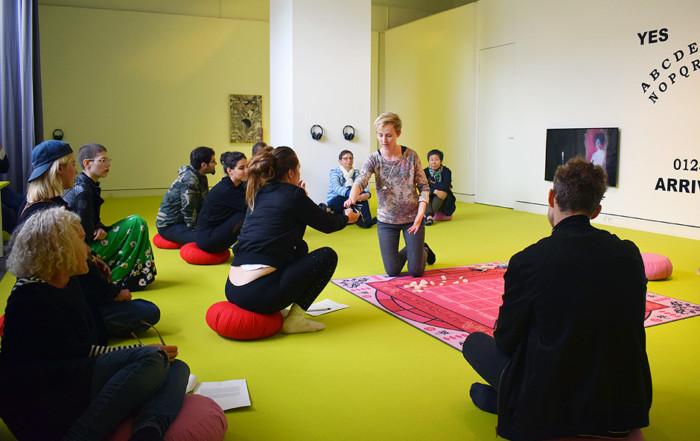 Besuch POURING INTO AN ARRAY OF CHARACTERS kuratiert von Lena Johanna Reisner & Sylvia Sadzinski